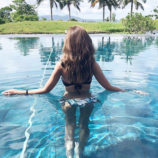 リゾート地のプールのお姉さん