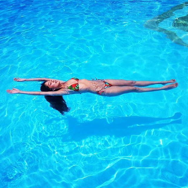 プールで浮いているお姉さん