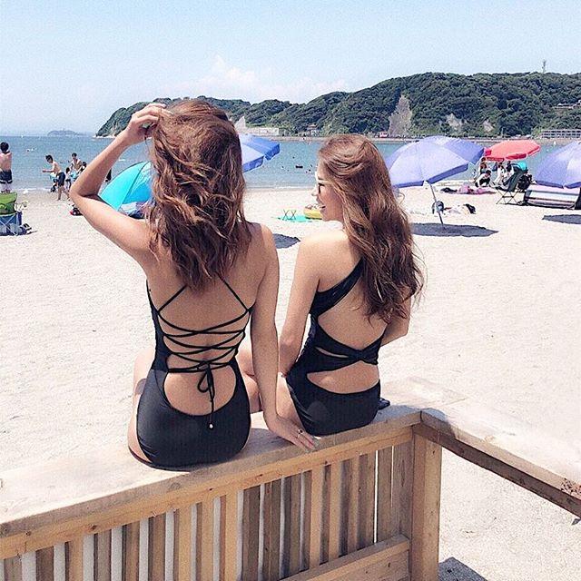 黒い水着のお姉さん